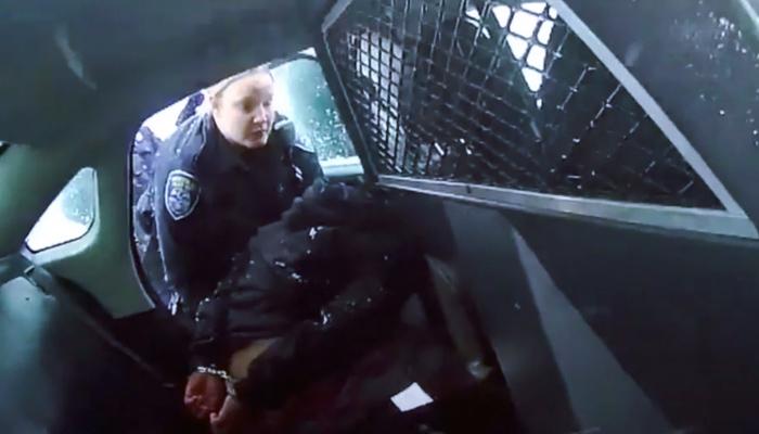 Policías de EE.UU. esposan y rocían con gas pimienta a una niña de nueve años