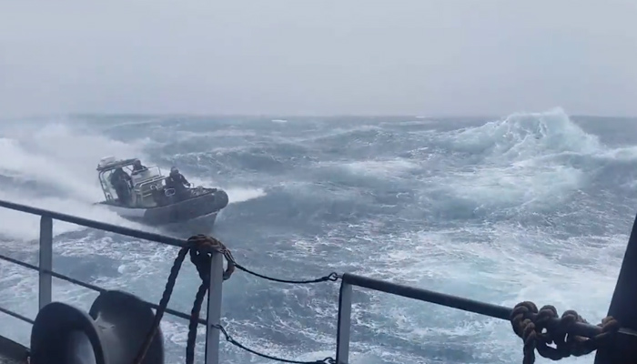 Integrantes de la Royal Navy haciendo un ejercicio de entrenamiento en el Océano Austral