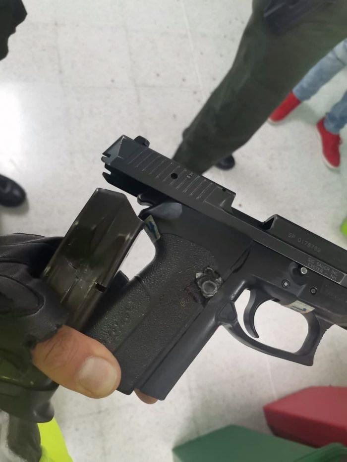 Dos policías sobreviven a un tiroteo porque los disparos impactan en el arma y en el casco