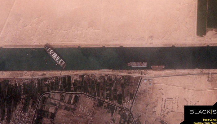 El bloqueo del barco en el Canal de Suez podría durar semanas