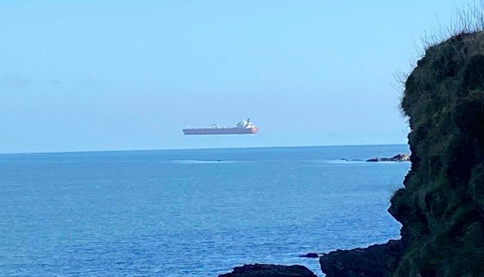'Barco flotante' fotografiado frente a la costa de Cornualles por un paseante