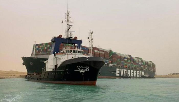 Un portacontenedores de 400 metros de largo bloquea el Canal de Suez y causa un enorme atasco marítimo