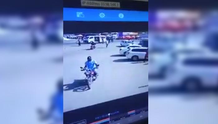 Un camión pierde el control en una calle muy transitada