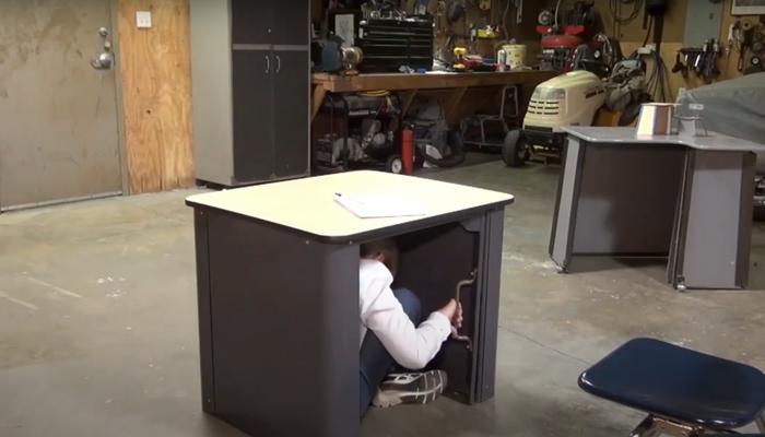 Inventan un escritorio a prueba de balas para proteger a los alumnos cuando se produzca un tiroteo en un instituto