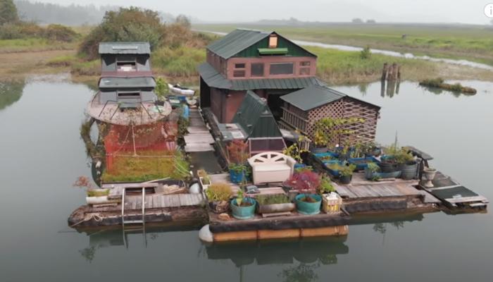 Este hombre lleva 17 años viviendo en una isla, construida por él mismo con materiales recuperados