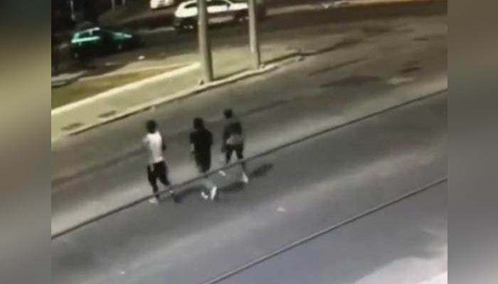 Persigue a los tres ladrones que le robaron y los atropella con su furgoneta