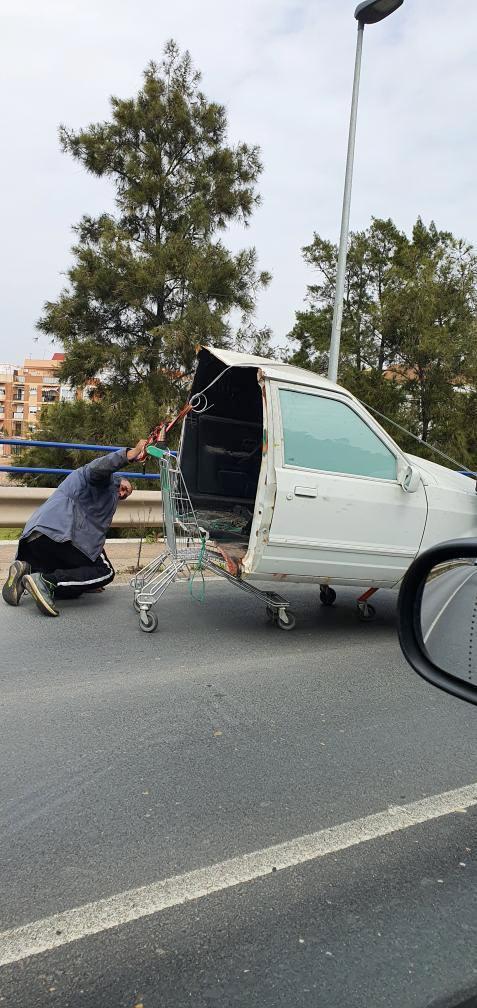 Circula por Huelva con medio coche en un carrito de la compra