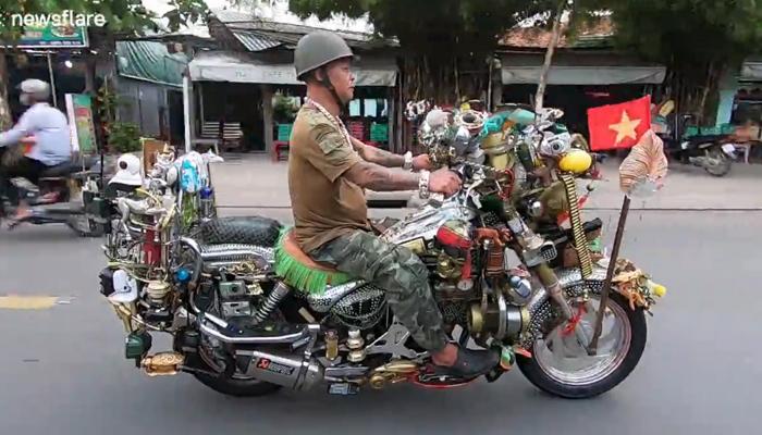 Este motorista de Vietnam ha cubierto su moto de 300 kg con centenares de accesorios