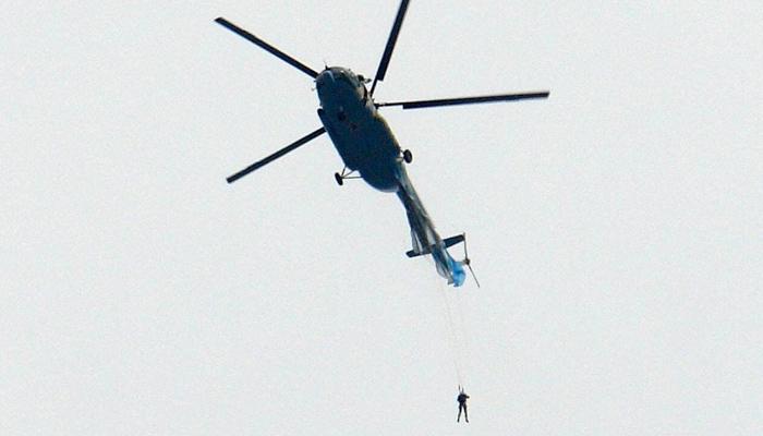 A un paracaidista se le enganchó el paracaídas en la cola de un helicóptero Mi-8 después de saltar