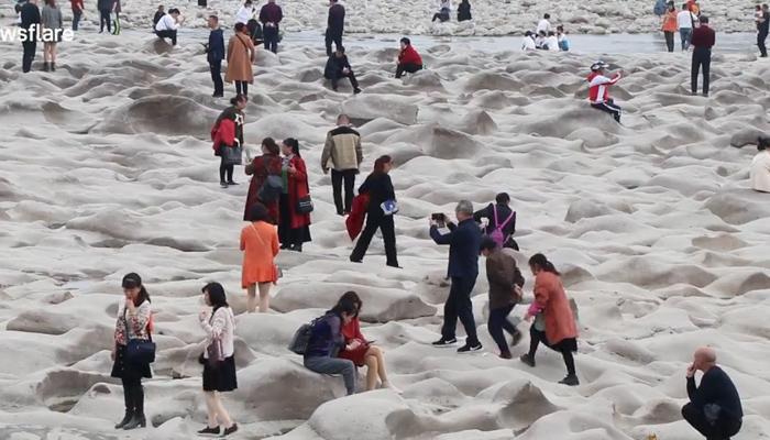 Se seca un río en el sur de China y deja al descubierto curiosas formaciones rocosas, atrayendo a cientos de turistas