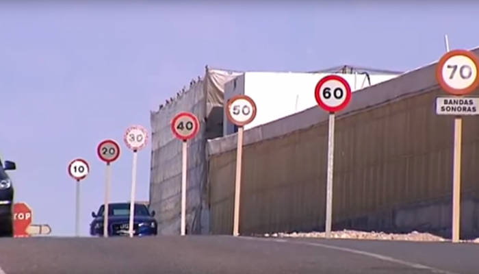 Almería: El famoso tramo con 7 señales de límite de velocidad en solo 100 metros