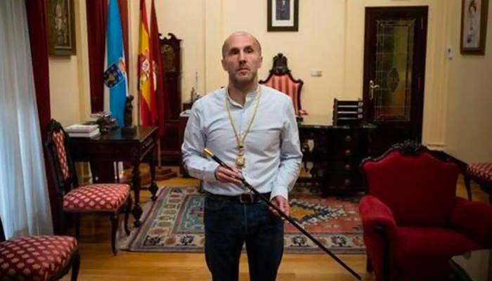 El alcalde de Ourense, reloj en mano, saca los colores a los funcionarios: ni uno llegó a las 8 de la mañana
