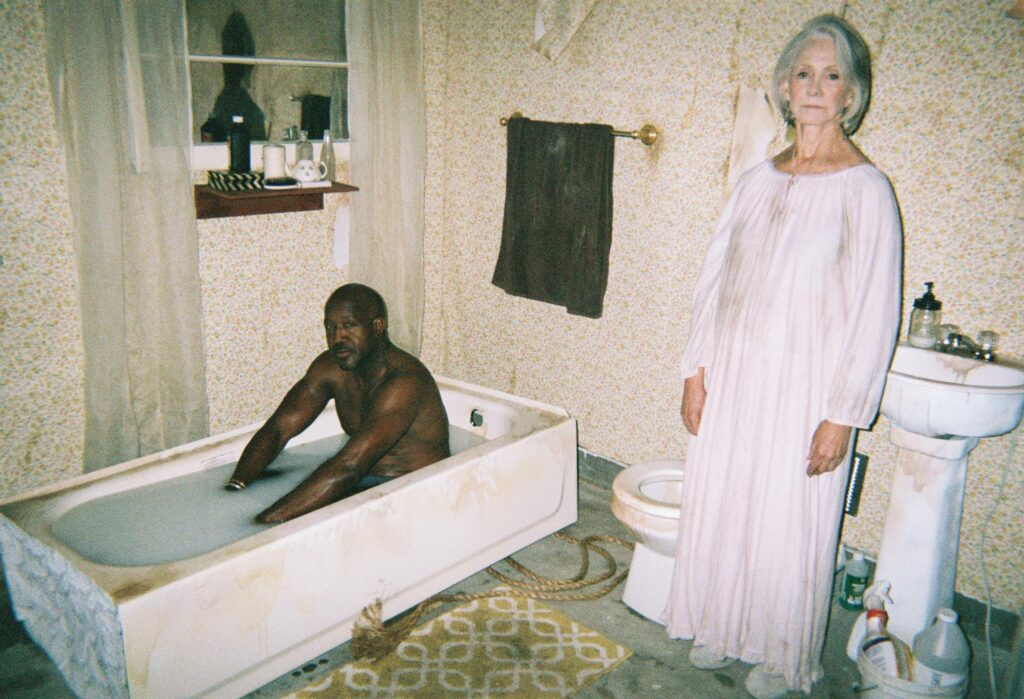 Hay una página que publica fotos rarísimas de gente bañándose en leche y lo más raro es que siempre aparece la misma señora