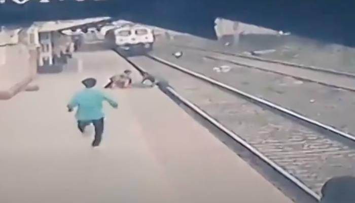 Momento en el que un hombre salva a un niño que cayó a la vía del tren en la India