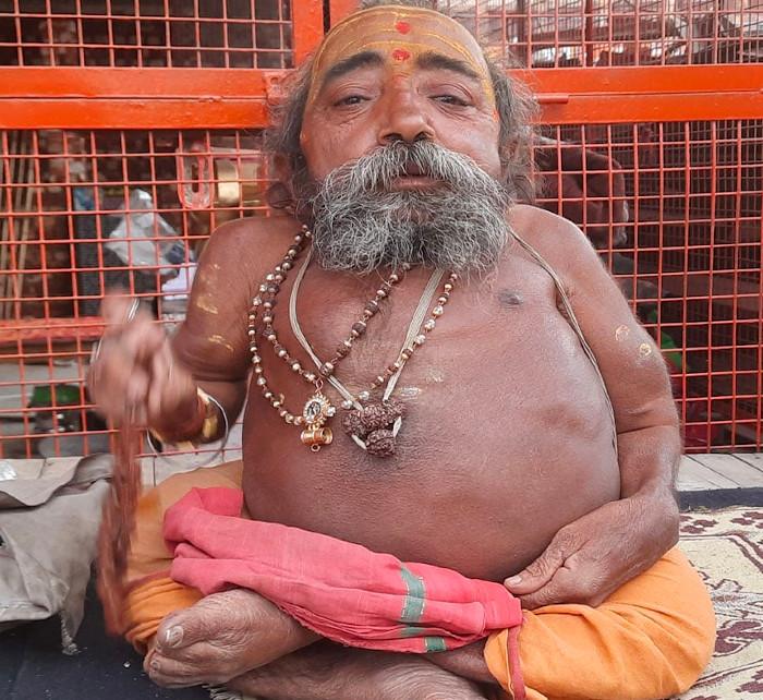Narayan Nand Giri Maharaj, un hombre de 55 años considerado como el santo más pequeño del planeta