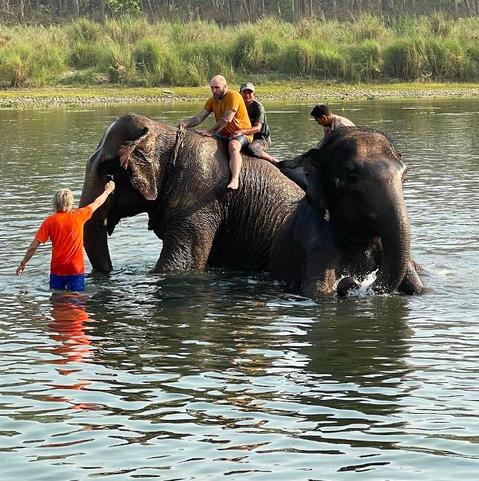 Kiko Rivera, a lomos de un elefante en Nepal: ''¡Qué sensación tan hermosa!''