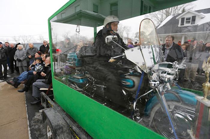 Este motero pidió ser enterrado sentado en su Harley Davidson en un ataúd de cristal para que sus amigos pudieran ver su último viaje