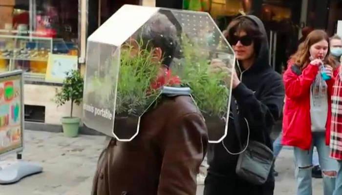 """El """"oasis portátil"""": un artista belga crea una burbuja para aislarse del Covid-19"""