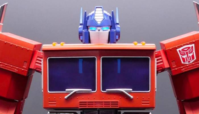Hasbro revela un robot de Optimus Prime auto-transformable y controlado por voz y app móvil