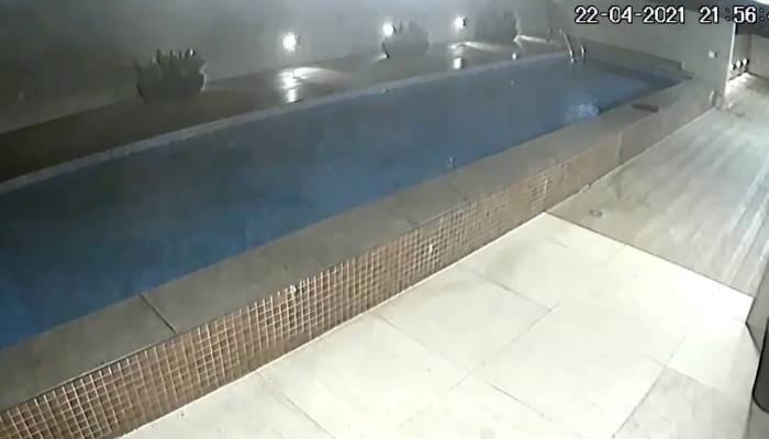 Momento en el que una piscina colapsa y cae a un garaje subterráneo