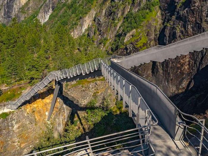De vértigo: El puente escalonado sobre la cascada Vøringsfossen, en Noruega