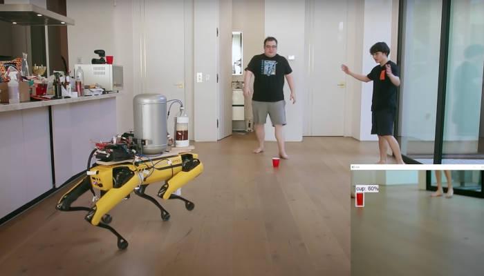 Enseñando al perro robot de Boston Dynamics a orinar cerveza en un vaso