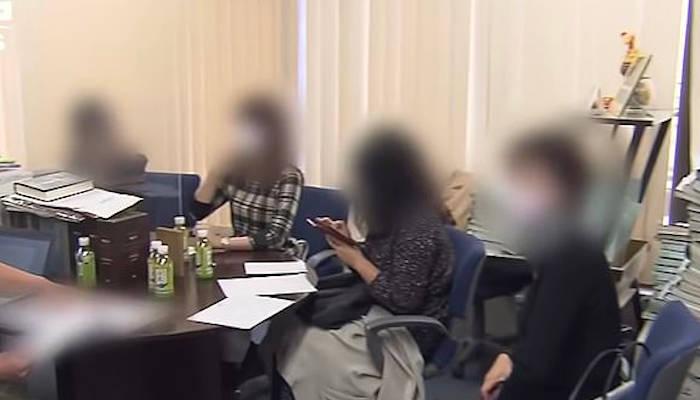 Detienen a un hombre que salía con 35 mujeres al mismo tiempo, 'para recibir regalos'