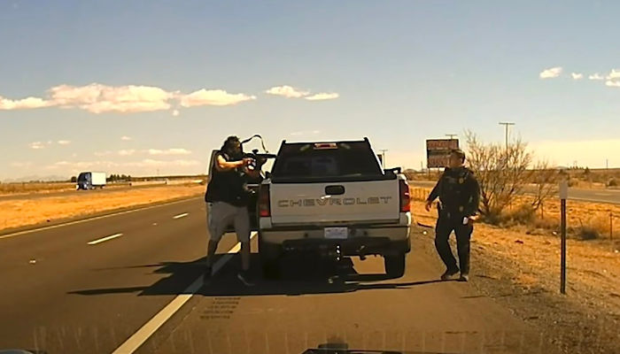 La cánara del coche patrulla capta el momento en el que un traficante de droga acaba con la vida de un agente durante un control de tráfico