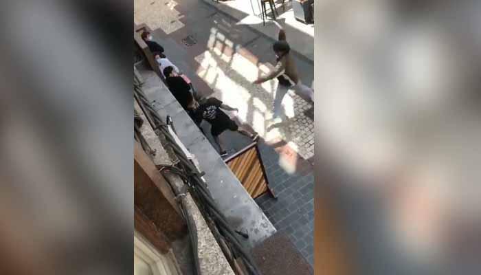 Un vecino graba un intento de apuñalamiento en una cervecería en A Coruña