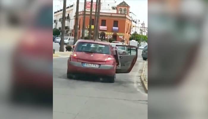 Circula con la puerta del coche abierta por las calles de Utrera porque no le cabe un televisor que lleva dentro