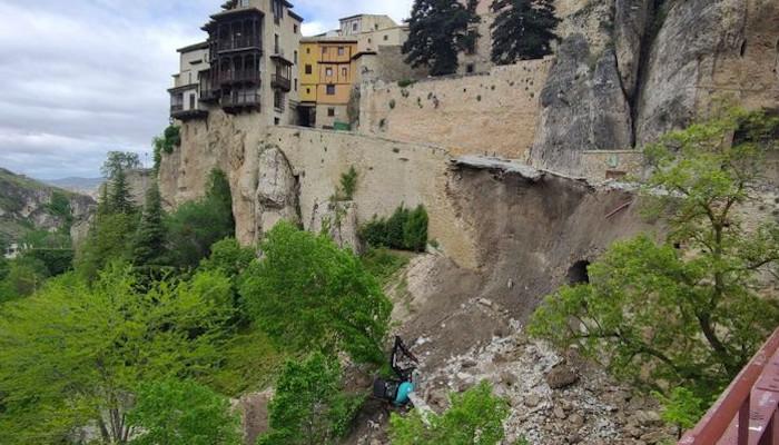 Se derrumba la calle que une las Casas Colgadas de Cuenca con el puente de San Pablo