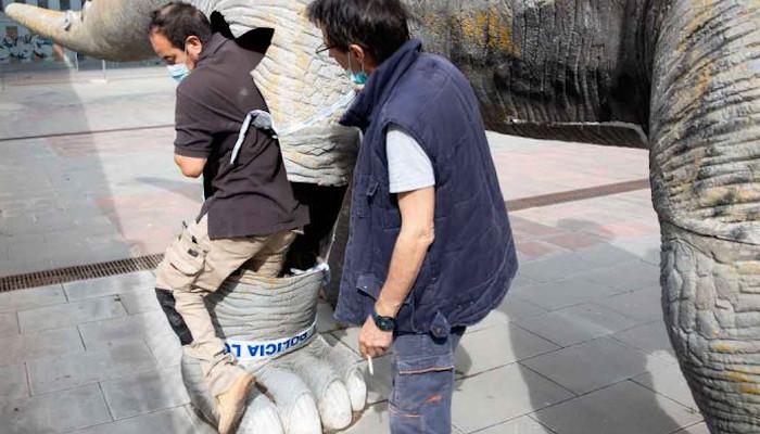 Encuentran un hombre muerto dentro del dinosaurio publicitario del antiguo cine Cubics, en Santa Coloma