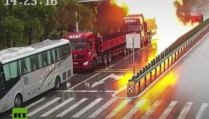 Explota un camión cisterna con 20 toneladas de gasolina en China