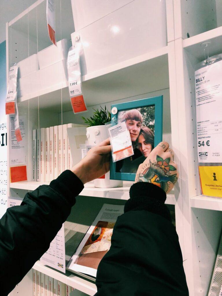Una pareja cambia todas las fotos de los decorados de IKEA por fotos de ellos mismos