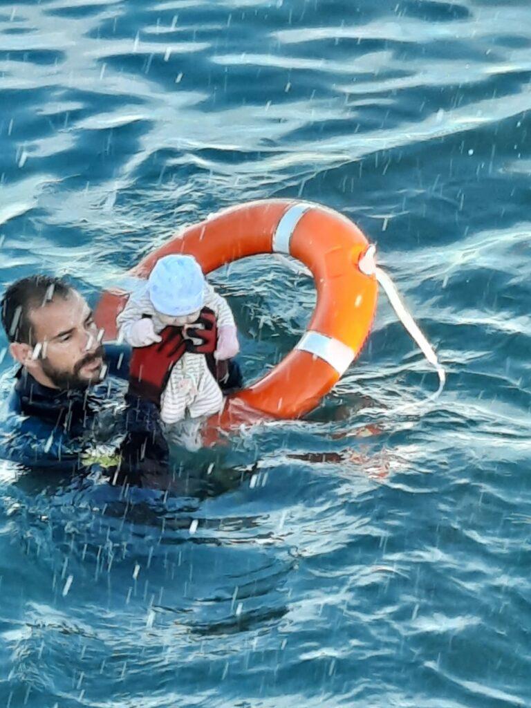 Un submarinista de la Guardia Civil rescata a un bebé en el mar de Ceuta