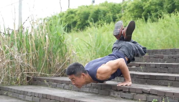 Liu Jingji, un hombre chino que se mueve como un escorpión después de sufrir una lesión en la pierna