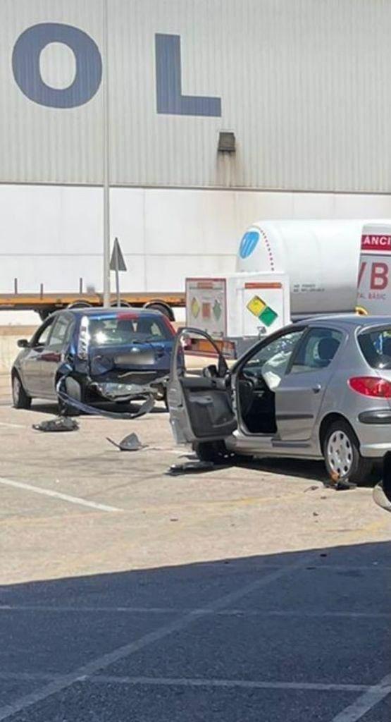 Acelera con la marcha puesta en la ITV cuando pasaba la prueba de los gases, atropella a una mujer y provoca un accidente