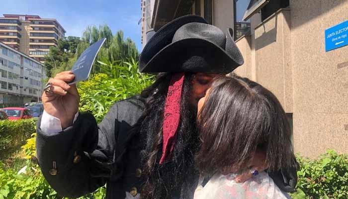 El Jack Sparrow vigués ya está casado. ''Ninguna ley nos impide venir así'', aseguró la pareja minutos antes