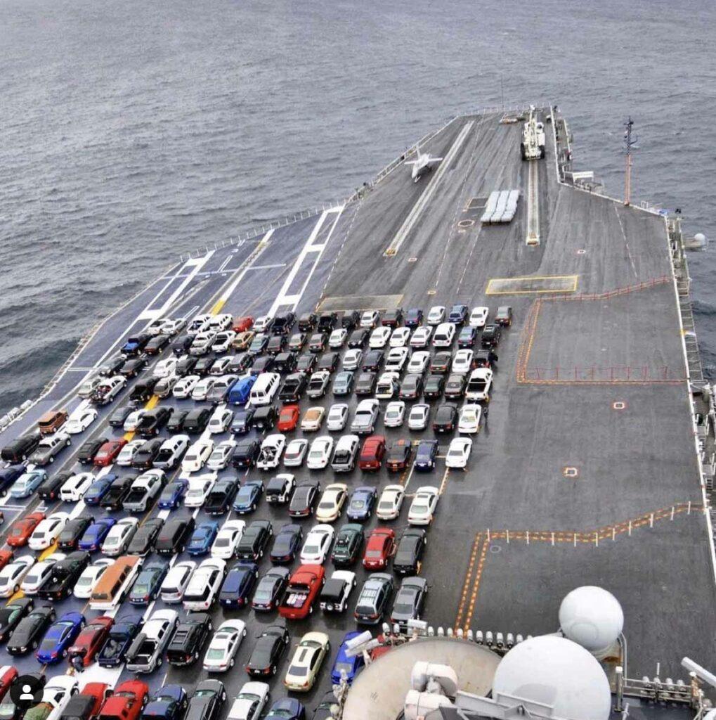 El USS Ronald Reagan transporta los vehículos de los marineros durante una transición del puerto base de San Diego a Washington para un mantenimiento programado