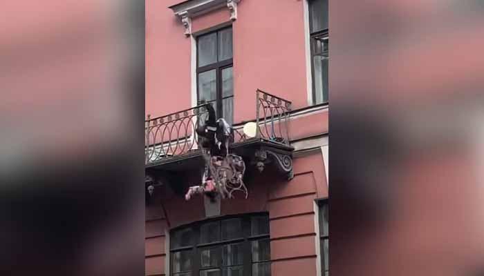 Mientras tanto, en San Petersburgo... Una pareja cae de un balcón mientras discutían