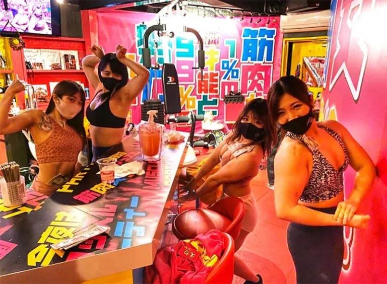Así es el bar con temática fitness donde las camareras son unas musculosas entusiastas del ejercicio físico