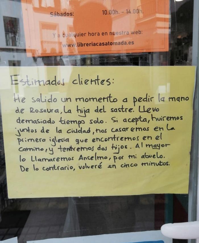 Cartel de ''volveré en cinco minutos'' visto en una librería española