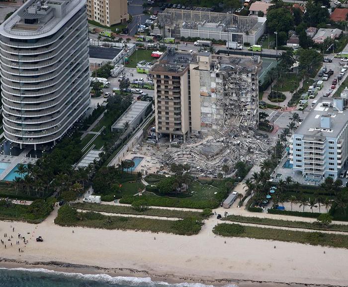 Al menos un muerto y 99 desaparecidos en el colapso de un edificio de 12 plantas frente a la playa de Miami. Vídeo del momento