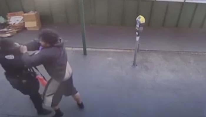 Una cámara de vigilancia capta como un sintecho agrede e inmoviliza a una policía
