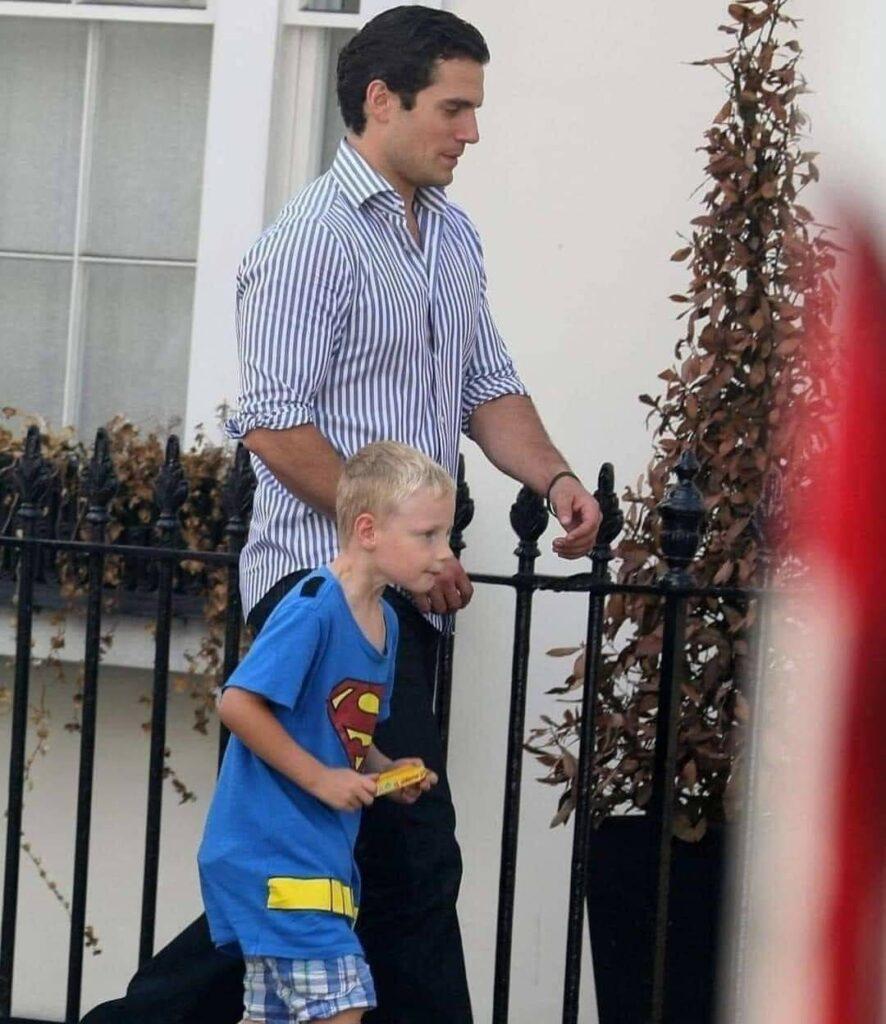 Tom, un niño de 7 años dijo en el colegio que su tío era Superman. Los niños se rieron de él y la maestra le mandó callar. A los días fue a la escuela con Henry Cavill