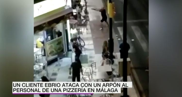 Un hombre ataca con un arpón a los camareros de una pizzería en Málaga después de que estos se negaran a atenderle