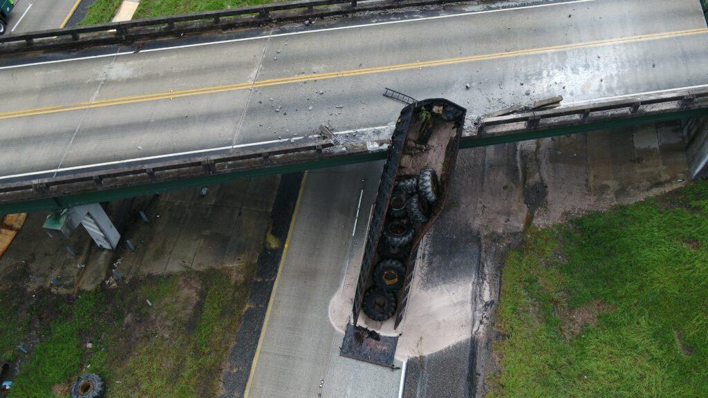 Un camión choca tan fuerte con un puente que lo mueve casi dos metros y hay que demolerlo