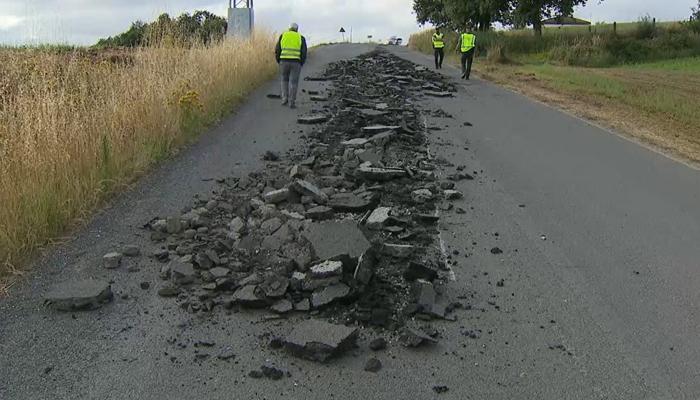 Revientan de madrugada el asfalto en una carretera de Portomarín (Lugo) y la Diputación denuncia ante la Guardia Civil