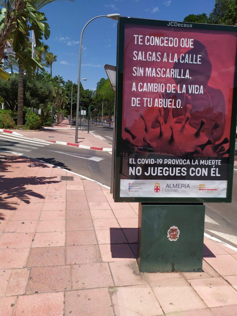 Cartel en una calle de Almería: ''Te concedo que salgas a la calle sin mascarilla, a cambio de la vida de tu abuelo''