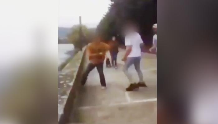 Un grupo de jóvenes agrede y humilla a un chaval con autismo en el paseo marítimo de Pontedeume
